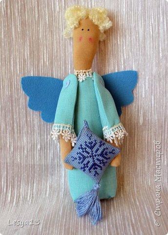 Приветствую всех Мастериц и Мастеров! Поздравляю всех с наступившим Новым Годом! В преддверии приближающегося Рождества предлагаю вам мастер-класс Рождественского Ангела-тильды.   Это очень простой тильдовский персонаж. Строго говоря, это не совсем тильда, этого ангела придумала датский дизайнер Анне Расмуссен. Такого ангела  может сшить даже начинающий или ребенок, весь процесс занимает буквально пару часов. Такой тильда-ангел может стать прекрасным рождественским подарком.  фото 32