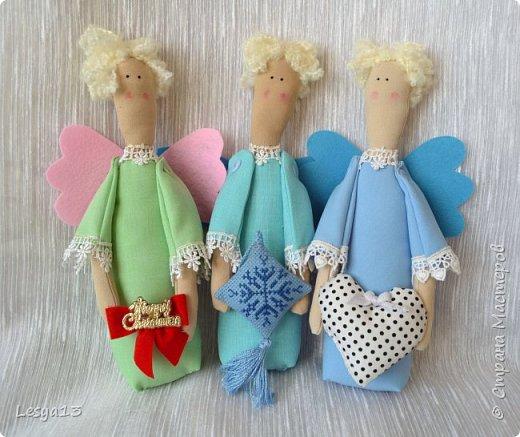 Приветствую всех Мастериц и Мастеров! Поздравляю всех с наступившим Новым Годом! В преддверии приближающегося Рождества предлагаю вам мастер-класс Рождественского Ангела-тильды.   Это очень простой тильдовский персонаж. Строго говоря, это не совсем тильда, этого ангела придумала датский дизайнер Анне Расмуссен. Такого ангела  может сшить даже начинающий или ребенок, весь процесс занимает буквально пару часов. Такой тильда-ангел может стать прекрасным рождественским подарком.  фото 1