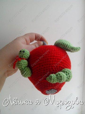"""Не большая предыстория создания этого яблочка: Ммммм,какое красивое яблочко-подумала я,увидев красное яблоко в корзинке с фруктами....но оказывается глаз на это яблоко положила не только я!червяк общил """"моё"""" яблоко.... в общем эта история и сподвигла меня на создание """"вкусного яблочка"""" фото 3"""