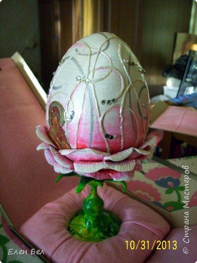 Мой первый опыт работы с объемным декором предмета.<br /> Яйцо деревянное с подставкой<br /> глина самоотвердевающая<br /> краски акриловые<br /> контур перламутровый <br /> стразы