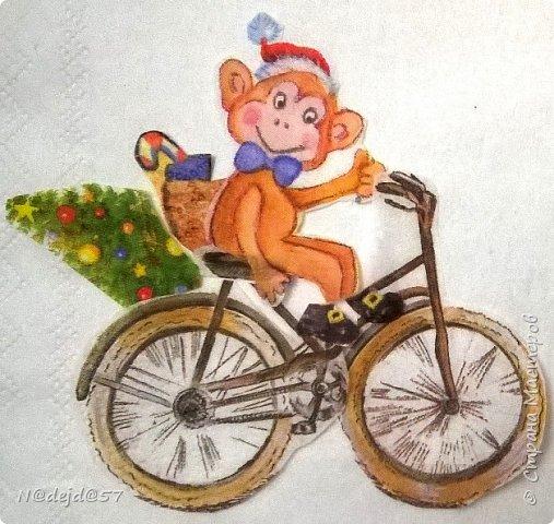 Вот и встретили мы все Новый год!  Всех жителей нашей страны я поздравляю и желаю всем творческих успехов в новом году ! Сегодня я покажу вам те шарики, с  сюжетами, которые  я придумала раньше   https://stranamasterov.ru/node/982002  и еще  будут новые... Вот эти проказницы обезьянки  примчались  к  нам в санях на лошадках, чтобы провести с нами этот год. Шарики 8см. и было сделано 25шт, поэтому показать со всех сторон каждый, будет слишком долго... Шарики сделаны и уже подарены  детям и взрослым в качестве поздравительной открытки. Шарики получились очень яркие и блестящие, но фотографировать их трудно, поэтому за качество фоток извиняюсь... фото 61