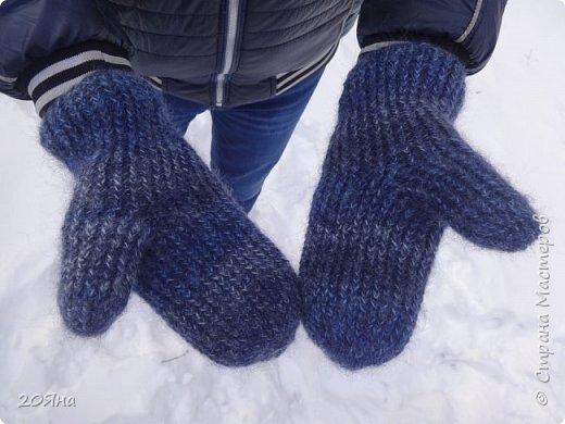 Здравствуйте, дорогие мастера и мастерицы! За окном - мороз, снег и ветер, самое время позаботиться о любимых ручках, связать для них красивые одежки!  фото 2