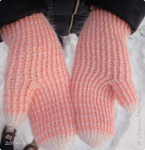 Здравствуйте, дорогие мастера и мастерицы! За окном - мороз, снег и ветер, самое время позаботиться о любимых ручках, связать для них красивые одежки!  фото 9