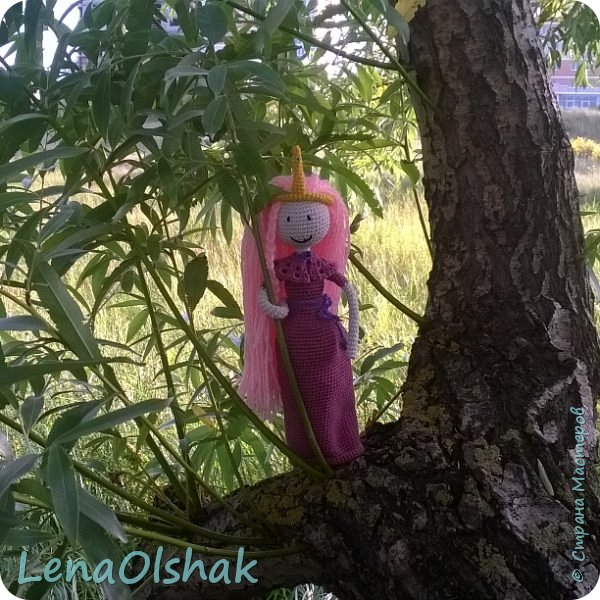 """А вы любите """"Время приключений""""?  Знакомтесь  - принцесса Бубль Гум и радуга за спиной. Это моя самая первая Именно Кукла, до неё я вязала разных существ и зверят не по человеческому образу. Эта кукла бескаркасная, и ручки ножки просто так.  В ней 25 см, наряд снимается. С неё то и началась безумная любовь к куклам-амигуруми. фото 3"""