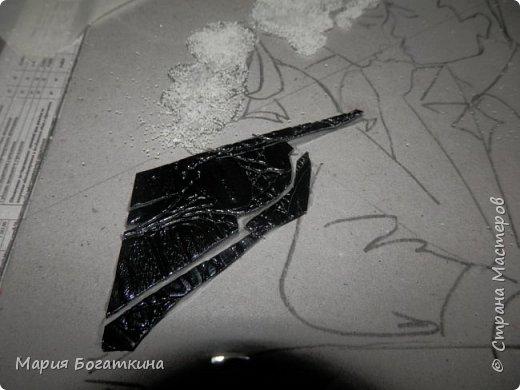 Нам понадобится: рамка для фотографий со стеклом контур по стеклу и керамике краски по стеклу и керамике кисть искусственная кожа крупа манна клей ПВА ватные палочки и иголка (для исправления ошибок). Последовательность выполнения: Выбрать трафарет. фото 10