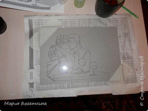 Нам понадобится: рамка для фотографий со стеклом контур по стеклу и керамике краски по стеклу и керамике кисть искусственная кожа крупа манна клей ПВА ватные палочки и иголка (для исправления ошибок). Последовательность выполнения: Выбрать трафарет. фото 3