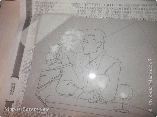 Нам понадобится: рамка для фотографий со стеклом контур по стеклу и керамике краски по стеклу и керамике кисть искусственная кожа крупа манна клей ПВА ватные палочки и иголка (для исправления ошибок). Последовательность выполнения: Выбрать трафарет. фото 4
