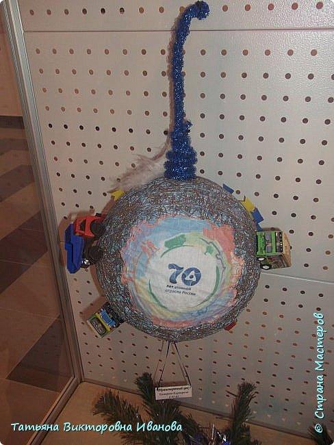 """Здравствуйте жители СТРАНЫ МАСТЕРОВ! Я от всей души поздравляю вас с Новым годом! Желаю всем здоровья, счастья, благополучия и исполнения всех желаний. Перед самым Новым годом на предприятии где я работаю ( Калининская атомная электростанция) был объявлен конкурс на новогоднюю игрушку. Было представлено много работ. Мы с коллегой (ученицей) тоже приняли участие в этой выставке. Новогодний шар выполнен в моей любимой технике """"Бумажная филигрань"""" фото 10"""