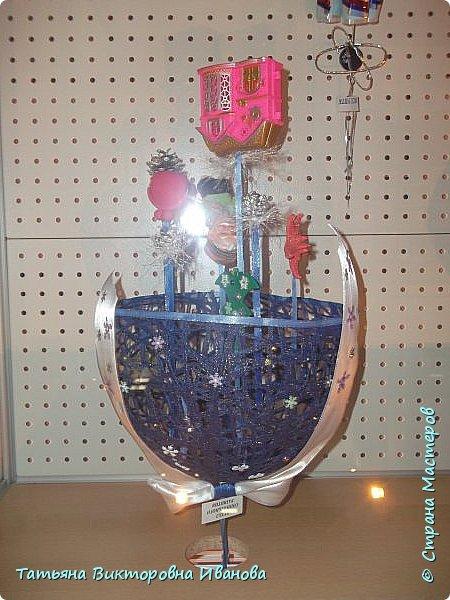 """Здравствуйте жители СТРАНЫ МАСТЕРОВ! Я от всей души поздравляю вас с Новым годом! Желаю всем здоровья, счастья, благополучия и исполнения всех желаний. Перед самым Новым годом на предприятии где я работаю ( Калининская атомная электростанция) был объявлен конкурс на новогоднюю игрушку. Было представлено много работ. Мы с коллегой (ученицей) тоже приняли участие в этой выставке. Новогодний шар выполнен в моей любимой технике """"Бумажная филигрань"""" фото 16"""