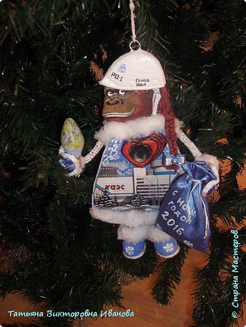 """Здравствуйте жители СТРАНЫ МАСТЕРОВ! Я от всей души поздравляю вас с Новым годом! Желаю всем здоровья, счастья, благополучия и исполнения всех желаний. Перед самым Новым годом на предприятии где я работаю ( Калининская атомная электростанция) был объявлен конкурс на новогоднюю игрушку. Было представлено много работ. Мы с коллегой (ученицей) тоже приняли участие в этой выставке. Новогодний шар выполнен в моей любимой технике """"Бумажная филигрань"""" фото 29"""