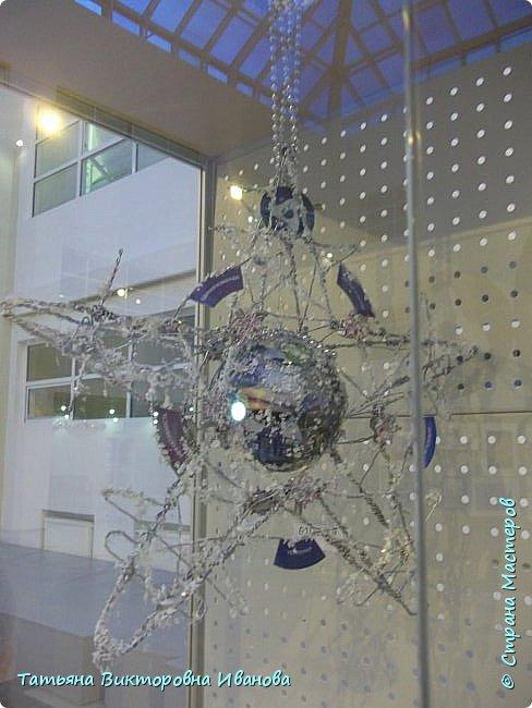 """Здравствуйте жители СТРАНЫ МАСТЕРОВ! Я от всей души поздравляю вас с Новым годом! Желаю всем здоровья, счастья, благополучия и исполнения всех желаний. Перед самым Новым годом на предприятии где я работаю ( Калининская атомная электростанция) был объявлен конкурс на новогоднюю игрушку. Было представлено много работ. Мы с коллегой (ученицей) тоже приняли участие в этой выставке. Новогодний шар выполнен в моей любимой технике """"Бумажная филигрань"""" фото 34"""