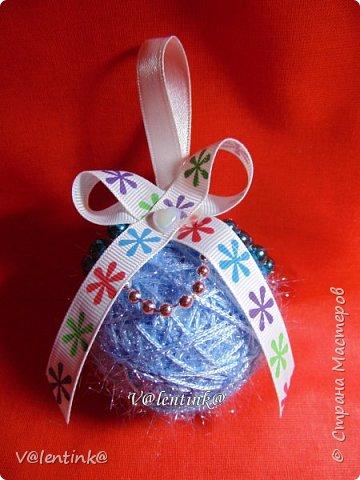 В этом году на подарки делала вот такие елочные шары. Основа газета, потом пряжа красивая и декорирование всем подряд на что глаз упадет. фото 2
