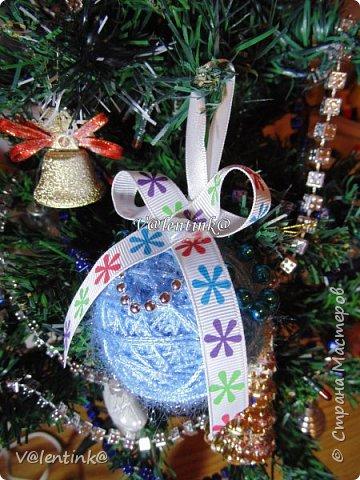 В этом году на подарки делала вот такие елочные шары. Основа газета, потом пряжа красивая и декорирование всем подряд на что глаз упадет. фото 3