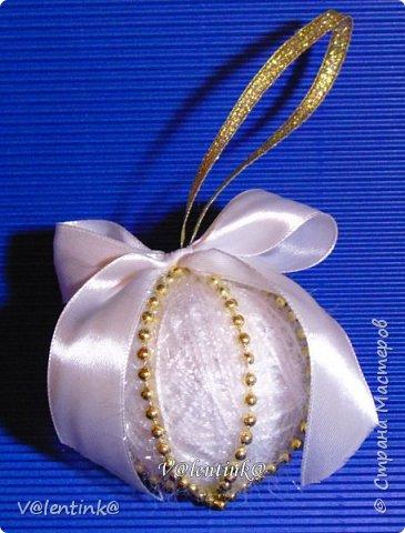 В этом году на подарки делала вот такие елочные шары. Основа газета, потом пряжа красивая и декорирование всем подряд на что глаз упадет. фото 5