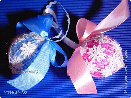 В этом году на подарки делала вот такие елочные шары. Основа газета, потом пряжа красивая и декорирование всем подряд на что глаз упадет. фото 6