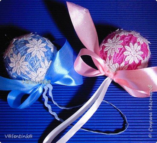 В этом году на подарки делала вот такие елочные шары. Основа газета, потом пряжа красивая и декорирование всем подряд на что глаз упадет. фото 7