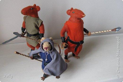 Когда прежний Избавитель погибает - его дар переходит к следующей Настоящей Крысе. Так было всегда.  И никогда потерявший дар Избавитель не оставался в живых. Кроме одного - Ролдо с зеркальной шкурой.  фото 8