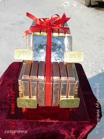 Здравствуйте жители страны ,от всей души поздравляю всех с наступившим Новым годом . Желаю всем здоровья , успеха , Благополучия . Эту машинку сделала на одном дыхании ,при этом пересмотрев все мк какие есть в стране .Использовала конфеты Сладкий остров ассорти и внутри машинки бутылочка . фото 3