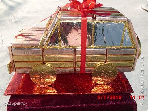 Здравствуйте жители страны ,от всей души поздравляю всех с наступившим Новым годом . Желаю всем здоровья , успеха , Благополучия . Эту машинку сделала на одном дыхании ,при этом пересмотрев все мк какие есть в стране .Использовала конфеты Сладкий остров ассорти и внутри машинки бутылочка . фото 2