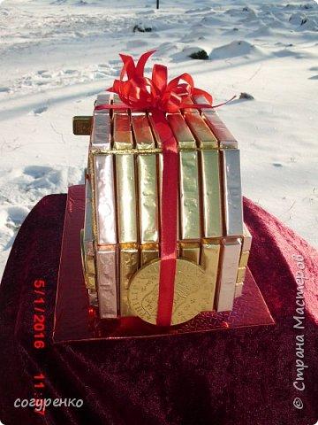 Здравствуйте жители страны ,от всей души поздравляю всех с наступившим Новым годом . Желаю всем здоровья , успеха , Благополучия . Эту машинку сделала на одном дыхании ,при этом пересмотрев все мк какие есть в стране .Использовала конфеты Сладкий остров ассорти и внутри машинки бутылочка . фото 4