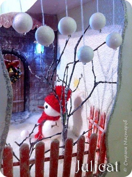 Приветствую Вас. уважаемые гости моего блога!!! После долгого затишья у меня новогодняя поделка на школьную выставку для младшей доченьки. Работа доставила мне огромное удовольствие, она полностью совпала с моими творческими интересами, а именно - увлечением миниатюрой, игрушками и кукольными домиками.  Работа заняла около 10 дней в плотном режиме + последняя бессонная ночь)))   Как обычно, поделки от первоклашек - это , в основном, конкурс родительских стараний и умений))) Я не могла упустить такую возможность) Конечно, моя первоклашка рвалась активно помогать, поэтому я выделила ей участки работы, которые были ей по силам в меру способностей, и без ущерба для общего вида поделки) Ну, об этом позже...  Итака, приготовьтесь к просмотру, любители подробностей) Фото будет много (извините за некоторые рабочие фото в бардаке, работала увлеченно)))...   Размер поделки около 60 Х 18 Х 27 см Тема новогодняя, хотелось убить сразу двух зайцев: и комнату-румбокс в новогоднем стиле изготовить, и зимнюю снежную красоту показать, дворик... Поэтому разделила поделку на две части условно стеной дома. фото 65