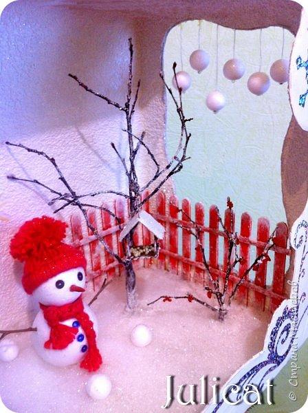 Приветствую Вас. уважаемые гости моего блога!!! После долгого затишья у меня новогодняя поделка на школьную выставку для младшей доченьки. Работа доставила мне огромное удовольствие, она полностью совпала с моими творческими интересами, а именно - увлечением миниатюрой, игрушками и кукольными домиками.  Работа заняла около 10 дней в плотном режиме + последняя бессонная ночь)))   Как обычно, поделки от первоклашек - это , в основном, конкурс родительских стараний и умений))) Я не могла упустить такую возможность) Конечно, моя первоклашка рвалась активно помогать, поэтому я выделила ей участки работы, которые были ей по силам в меру способностей, и без ущерба для общего вида поделки) Ну, об этом позже...  Итака, приготовьтесь к просмотру, любители подробностей) Фото будет много (извините за некоторые рабочие фото в бардаке, работала увлеченно)))...   Размер поделки около 60 Х 18 Х 27 см Тема новогодняя, хотелось убить сразу двух зайцев: и комнату-румбокс в новогоднем стиле изготовить, и зимнюю снежную красоту показать, дворик... Поэтому разделила поделку на две части условно стеной дома. фото 70