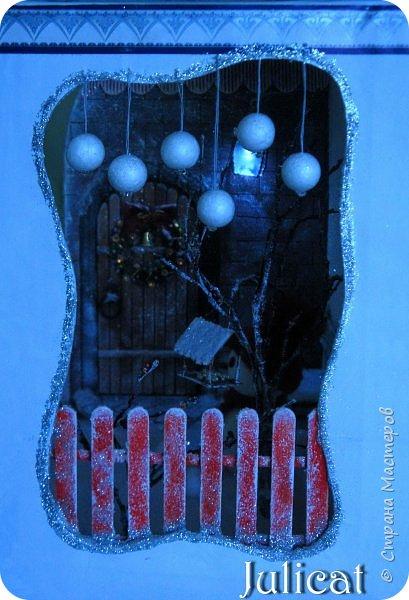 Приветствую Вас. уважаемые гости моего блога!!! После долгого затишья у меня новогодняя поделка на школьную выставку для младшей доченьки. Работа доставила мне огромное удовольствие, она полностью совпала с моими творческими интересами, а именно - увлечением миниатюрой, игрушками и кукольными домиками.  Работа заняла около 10 дней в плотном режиме + последняя бессонная ночь)))   Как обычно, поделки от первоклашек - это , в основном, конкурс родительских стараний и умений))) Я не могла упустить такую возможность) Конечно, моя первоклашка рвалась активно помогать, поэтому я выделила ей участки работы, которые были ей по силам в меру способностей, и без ущерба для общего вида поделки) Ну, об этом позже...  Итака, приготовьтесь к просмотру, любители подробностей) Фото будет много (извините за некоторые рабочие фото в бардаке, работала увлеченно)))...   Размер поделки около 60 Х 18 Х 27 см Тема новогодняя, хотелось убить сразу двух зайцев: и комнату-румбокс в новогоднем стиле изготовить, и зимнюю снежную красоту показать, дворик... Поэтому разделила поделку на две части условно стеной дома. фото 74