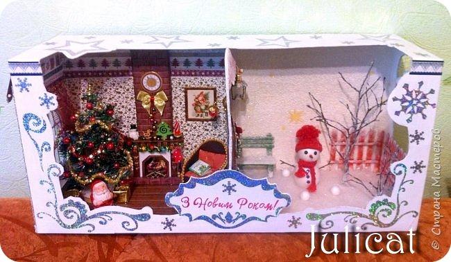 Приветствую Вас. уважаемые гости моего блога!!! После долгого затишья у меня новогодняя поделка на школьную выставку для младшей доченьки. Работа доставила мне огромное удовольствие, она полностью совпала с моими творческими интересами, а именно - увлечением миниатюрой, игрушками и кукольными домиками.  Работа заняла около 10 дней в плотном режиме + последняя бессонная ночь)))   Как обычно, поделки от первоклашек - это , в основном, конкурс родительских стараний и умений))) Я не могла упустить такую возможность) Конечно, моя первоклашка рвалась активно помогать, поэтому я выделила ей участки работы, которые были ей по силам в меру способностей, и без ущерба для общего вида поделки) Ну, об этом позже...  Итака, приготовьтесь к просмотру, любители подробностей) Фото будет много (извините за некоторые рабочие фото в бардаке, работала увлеченно)))...   Размер поделки около 60 Х 18 Х 27 см Тема новогодняя, хотелось убить сразу двух зайцев: и комнату-румбокс в новогоднем стиле изготовить, и зимнюю снежную красоту показать, дворик... Поэтому разделила поделку на две части условно стеной дома. фото 69