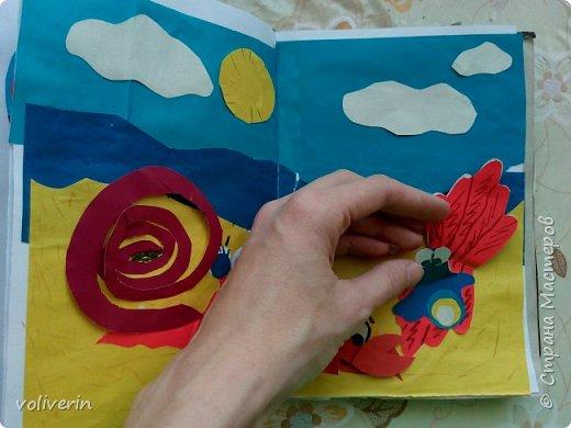 Здравствуйте, эту книжку мы сделали с сыном из цветной бумаги, за несколько дней. Идеи там в основном с интернета, но кое что и наше. Делал её по большей части шестилетний ребенок, я помогала, поэтому не судите строго. фото 6