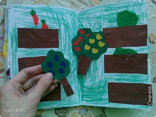 Здравствуйте, эту книжку мы сделали с сыном из цветной бумаги, за несколько дней. Идеи там в основном с интернета, но кое что и наше. Делал её по большей части шестилетний ребенок, я помогала, поэтому не судите строго. фото 11