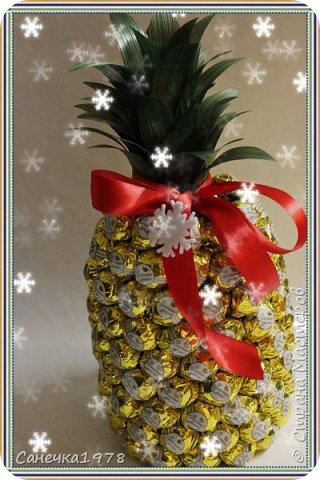 """Всем хорошего дня. Очередной ананас. правда уже в виде съемного декора на новогодний напиток. На изготовление ушло 1,5 кг. конфет """"Золотая лилия"""" . А еще хочу сказать спасибо мужу ,он мне помог с самой формой , на которую впоследствии крепятся конфеты."""