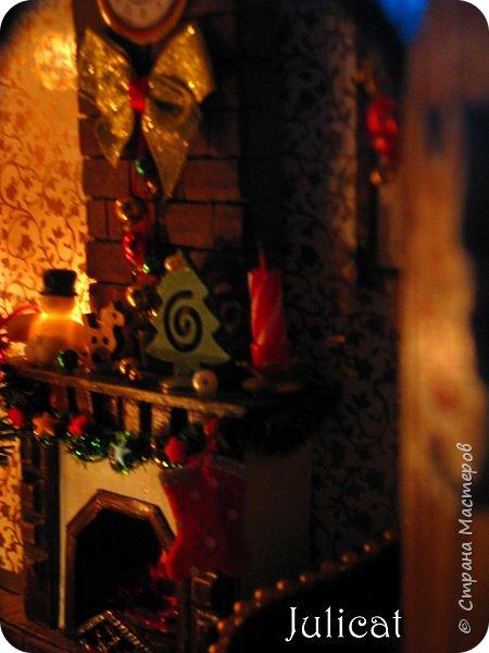 Приветствую Вас. уважаемые гости моего блога!!! После долгого затишья у меня новогодняя поделка на школьную выставку для младшей доченьки. Работа доставила мне огромное удовольствие, она полностью совпала с моими творческими интересами, а именно - увлечением миниатюрой, игрушками и кукольными домиками.  Работа заняла около 10 дней в плотном режиме + последняя бессонная ночь)))   Как обычно, поделки от первоклашек - это , в основном, конкурс родительских стараний и умений))) Я не могла упустить такую возможность) Конечно, моя первоклашка рвалась активно помогать, поэтому я выделила ей участки работы, которые были ей по силам в меру способностей, и без ущерба для общего вида поделки) Ну, об этом позже...  Итака, приготовьтесь к просмотру, любители подробностей) Фото будет много (извините за некоторые рабочие фото в бардаке, работала увлеченно)))...   Размер поделки около 60 Х 18 Х 27 см Тема новогодняя, хотелось убить сразу двух зайцев: и комнату-румбокс в новогоднем стиле изготовить, и зимнюю снежную красоту показать, дворик... Поэтому разделила поделку на две части условно стеной дома. фото 83