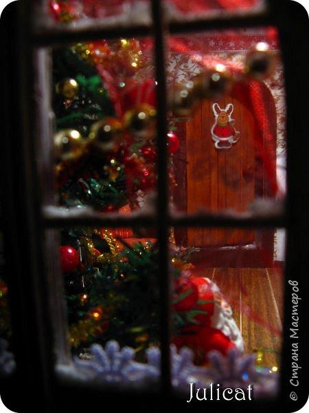 Приветствую Вас. уважаемые гости моего блога!!! После долгого затишья у меня новогодняя поделка на школьную выставку для младшей доченьки. Работа доставила мне огромное удовольствие, она полностью совпала с моими творческими интересами, а именно - увлечением миниатюрой, игрушками и кукольными домиками.  Работа заняла около 10 дней в плотном режиме + последняя бессонная ночь)))   Как обычно, поделки от первоклашек - это , в основном, конкурс родительских стараний и умений))) Я не могла упустить такую возможность) Конечно, моя первоклашка рвалась активно помогать, поэтому я выделила ей участки работы, которые были ей по силам в меру способностей, и без ущерба для общего вида поделки) Ну, об этом позже...  Итака, приготовьтесь к просмотру, любители подробностей) Фото будет много (извините за некоторые рабочие фото в бардаке, работала увлеченно)))...   Размер поделки около 60 Х 18 Х 27 см Тема новогодняя, хотелось убить сразу двух зайцев: и комнату-румбокс в новогоднем стиле изготовить, и зимнюю снежную красоту показать, дворик... Поэтому разделила поделку на две части условно стеной дома. фото 85
