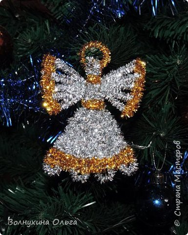 Добро пожаловать! Предлагаю вашему вниманию мой вариант изготовления новогодней и рождественской поделки – ангелочка из мишуры.  Есть мастер-классы плетения ангелочков из соломы и бумажных трубочек (например, https://stranamasterov.ru/node/466717), но надо заранее заготавливать материал, а в процессе изготовления поделки требуется склеивать детали. Использование мишуры упрощает процесс.  фото 1