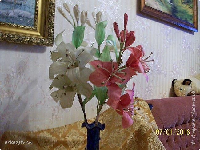 Здравствуйте, Мастера  и Мастерицы!! Поздравляю всех с Рождеством, мира, благополучия, здоровья всем, всем. Вот наконец я сделала одну из своих хотелок. Очень мне нравятся поделки из листьев кукурузы, плетение, цветы, куклы.В этом году заготовила на даче листики и изучив МК сделала цветы.  Лилии будут стоять в моей напольной плетенной вазе, поэтому и размер соответствующий.  Талаш красила пищевыми красителями: розовый, зеленый, и натуральный цвет.  Листики закручивала утюгом и  щипцами для волос. фото 2