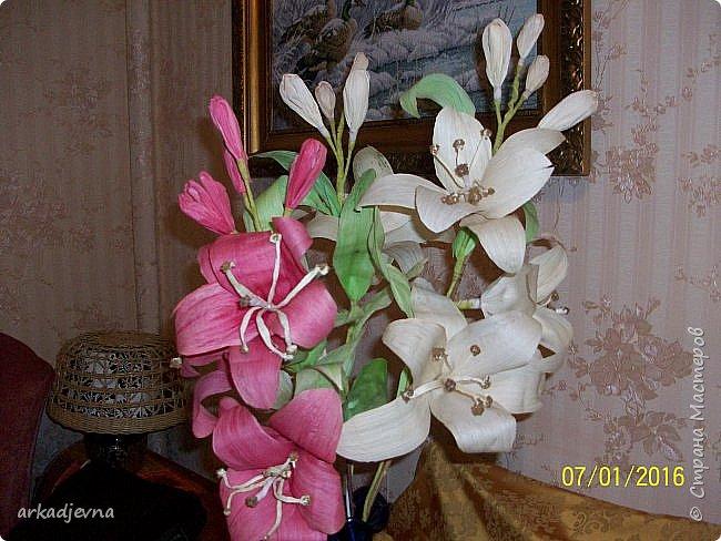 Здравствуйте, Мастера  и Мастерицы!! Поздравляю всех с Рождеством, мира, благополучия, здоровья всем, всем. Вот наконец я сделала одну из своих хотелок. Очень мне нравятся поделки из листьев кукурузы, плетение, цветы, куклы.В этом году заготовила на даче листики и изучив МК сделала цветы.  Лилии будут стоять в моей напольной плетенной вазе, поэтому и размер соответствующий.  Талаш красила пищевыми красителями: розовый, зеленый, и натуральный цвет.  Листики закручивала утюгом и  щипцами для волос. фото 12