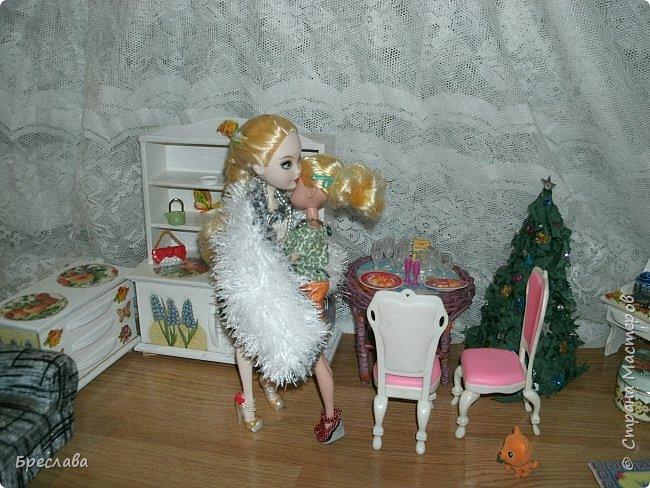 Вот как встретили новый год мои жители Все приготовлено, ёлка наряжена, а Китти как всегда с подарком. Гертруда ждёт гостей и очень волнуется, так как Фиалка дала понять, что готовит сюрприз. А это может быть что угодно, поэтому повод переживать есть.  фото 2