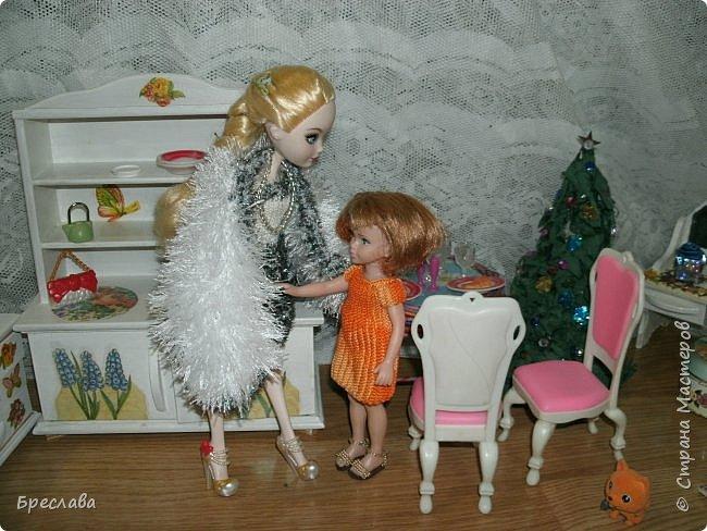 Вот как встретили новый год мои жители Все приготовлено, ёлка наряжена, а Китти как всегда с подарком. Гертруда ждёт гостей и очень волнуется, так как Фиалка дала понять, что готовит сюрприз. А это может быть что угодно, поэтому повод переживать есть.  фото 3