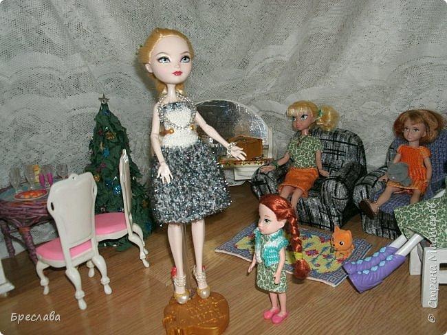 Вот как встретили новый год мои жители Все приготовлено, ёлка наряжена, а Китти как всегда с подарком. Гертруда ждёт гостей и очень волнуется, так как Фиалка дала понять, что готовит сюрприз. А это может быть что угодно, поэтому повод переживать есть.  фото 9