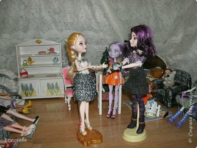 Вот как встретили новый год мои жители Все приготовлено, ёлка наряжена, а Китти как всегда с подарком. Гертруда ждёт гостей и очень волнуется, так как Фиалка дала понять, что готовит сюрприз. А это может быть что угодно, поэтому повод переживать есть.  фото 14