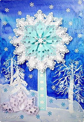 Сначала хотела сделать снежинку, сделала модули разного цвета, но в процессе передумала, получилось зимнее дерево. Внизу снежный кустик. Работа формата А3.