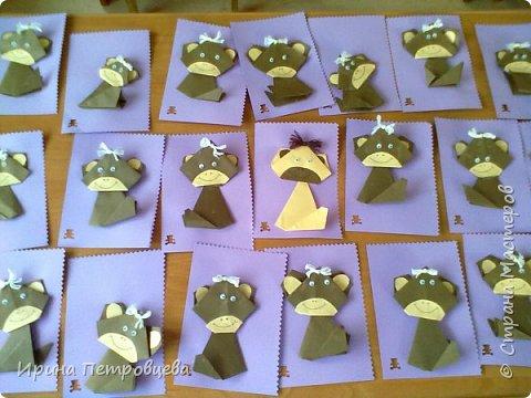 Мы с детками 5-6 лет делали новогодние открытки с обезьянками. Они обожают оригами... фото 1