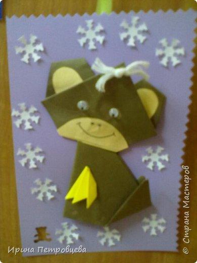 Мы с детками 5-6 лет делали новогодние открытки с обезьянками. Они обожают оригами... фото 2