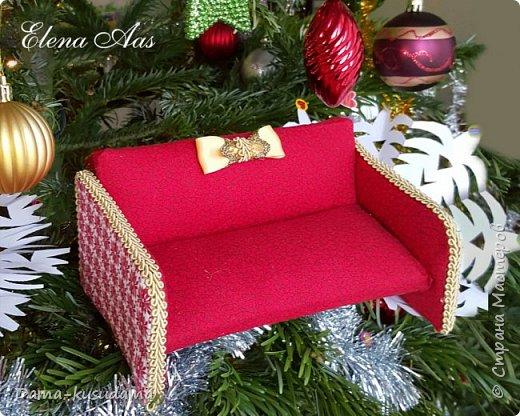 Сделала дочки  мягкий диванчик для кукол.Не знаю в какую технику его поместить. Сам диванчик сделан из дерева и обтянут материей.Бока диванчика из картона. фото 3