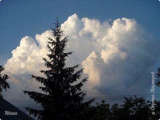 Мне очень нравятся фото облаков. Но, к моему большому сожалению и огорчению, у меня не всегда есть с собой телефон с камерой или фотоаппарат. Сколько интересного можно заснять! А я всё куда-то бегу, спешу, тороплюсь. Эти фото сделаны с крыши нашего дома. Они мне очень нравятся!  фото 1