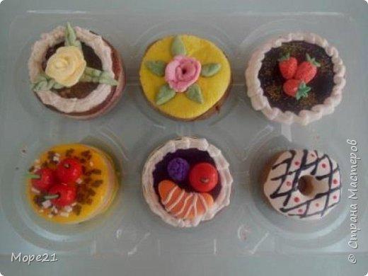 Представляю пошаговый материал с описанием изготовления праздничного торта из полимерного пластилина (массы для лепки), который является одним из самых популярных товаров для детского творчества. Торт – это не обычное лакомство, а воплощение кулинарного таланта кондитеров.  Мой мастер-класс рассчитан на тех, кто любит лепить из пластилина, а также изучать и придумывать рецепты вкусных блюд.   фото 42