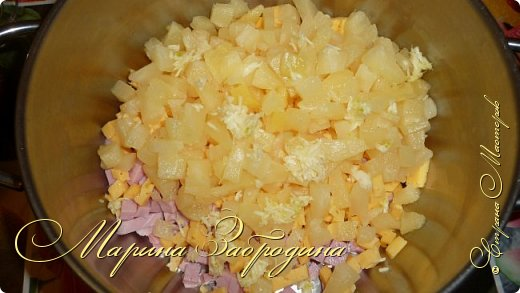Здравствуйте! Сегодня предлагаю вам приготовить очень простой, но сытный и вкусный салатик. Рецепт не мой, пару лет назад узнала его от своей свекрови.  Такой салат можно приготовить и для гостей, и просто на ужин. Ананас  делает салат очень сочным. И хотя ананас имеет сладкий вкус, в салатах он прекрасно гармонирует с ветчиной, сыром и так далее.  фото 7