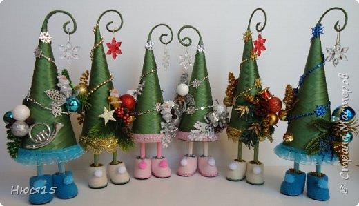 С Рождеством Христовым! В этот светлый праздник хочется пожелать мира и спокойствия в каждом доме, добра, взаимопонимания, достатка, любви, счастья, душевного равновесия, успехов во всех начинаниях, побольше радости, крепкого здоровья и всех благ! Пусть оправдаются все ожидания и сбудутся самые заветные мечты!  Вот и я насмотрелась на ваши елочки и сделала несколько штук:) фото 1