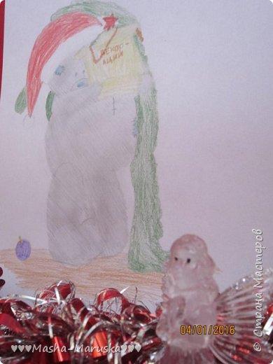 """Привет, любители рисования! Сегодня я сдаю работу на конкурс """"Новогодние герои"""". Мой новогодний герой это всеми любимый Тедди. Плюшевые мишки тоже готовятся к праздникам. Представляю к вашему вниманию два рисунка. Первый рисунок """"Подготовка к празднику"""". На нём изображён мишка Тедди. В его лапах коробка с надписью """"Декорации"""". На голове Тедди надет новогодний колпак. На картинке можно увидеть надпись """"НоВыЙ гОд!"""". фото 7"""