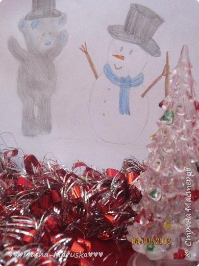 """Привет, любители рисования! Сегодня я сдаю работу на конкурс """"Новогодние герои"""". Мой новогодний герой это всеми любимый Тедди. Плюшевые мишки тоже готовятся к праздникам. Представляю к вашему вниманию два рисунка. Первый рисунок """"Подготовка к празднику"""". На нём изображён мишка Тедди. В его лапах коробка с надписью """"Декорации"""". На голове Тедди надет новогодний колпак. На картинке можно увидеть надпись """"НоВыЙ гОд!"""". фото 10"""